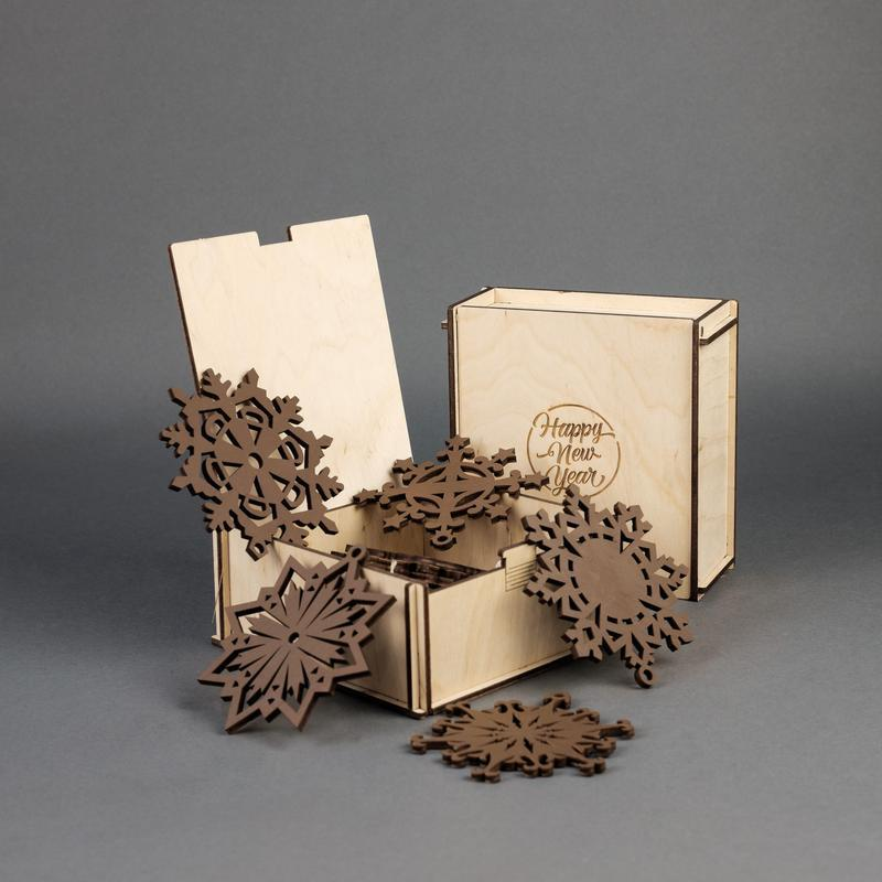 Подарочный набор деревянных елочных игрушек Снежинки (10 шт.) — Шоколад