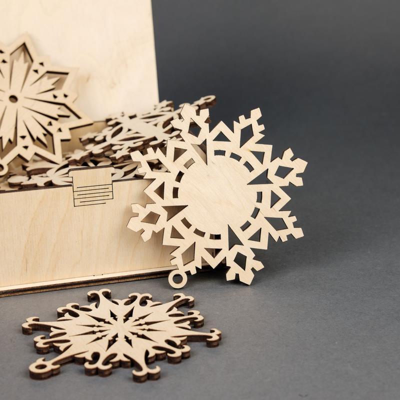 Подарочный набор деревянных елочных игрушек Снежинки (10 шт.) — Натуральный
