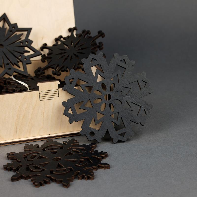 Подарочный набор деревянных елочных игрушек Снежинки (10 шт.) — Чёрный