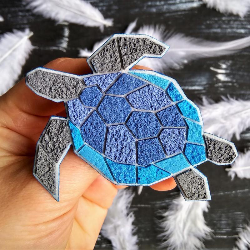 Геометрическая брошь синяя Черепаха. Полигональное украшение Морская Черепаха. Брошь в морском стиле