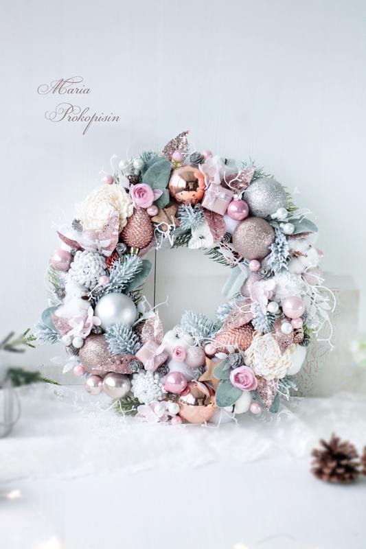 Новогодний венок в розовом цвете..