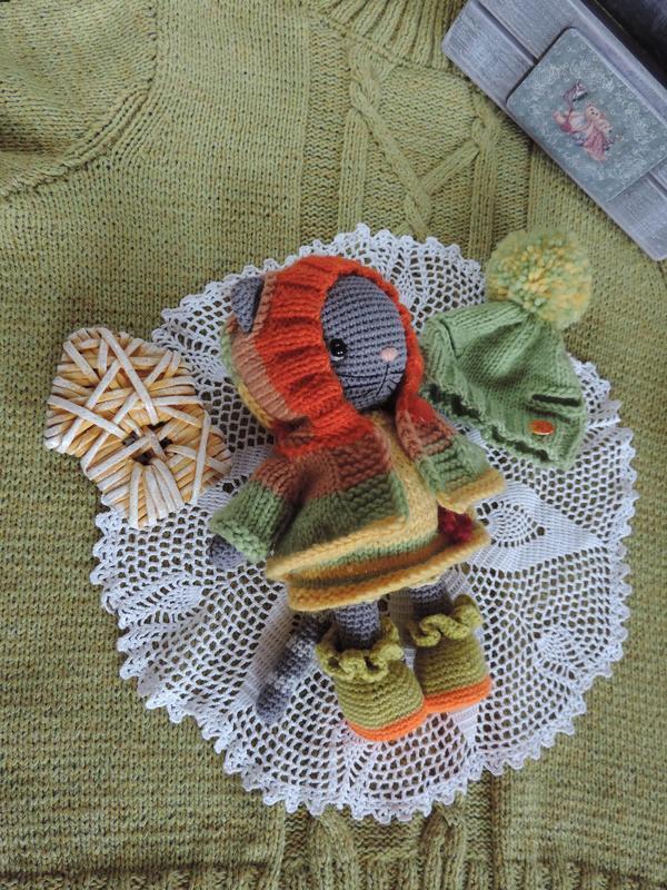 Кошечка Мирра с комплектом одежды вязаная игрушка