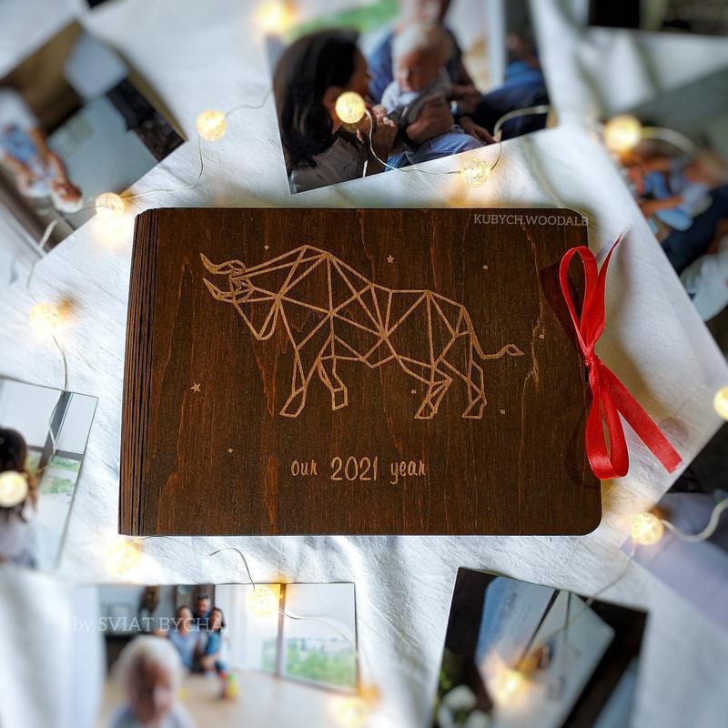 Деревянный фотоальбом - новогодний подарок близким   семейный альбом для фото с гравировкой быка2021