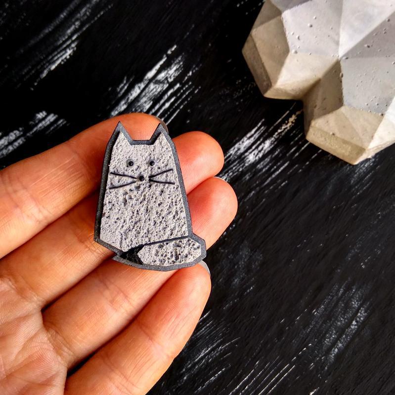 Маленькая брошь Котик из полимерной глины. Авторская брошь серая Кошка (любой цвет на заказ)