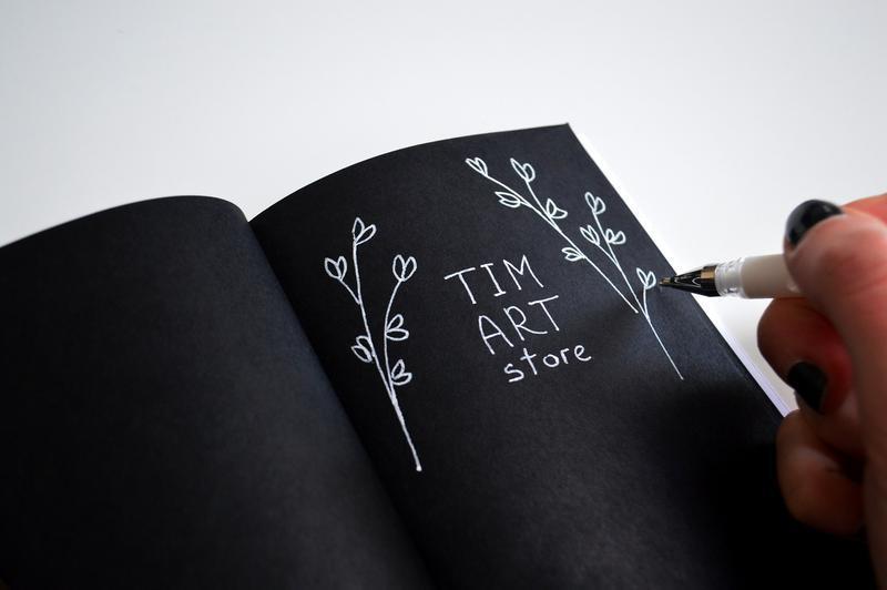 Блокнот с черными страницами и белая ручка. Формат А6. Авторская иллюстрация Кот