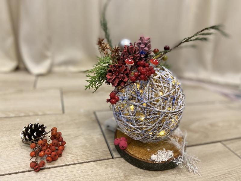Эко шар из джута с гирляндой на деревянной подставке