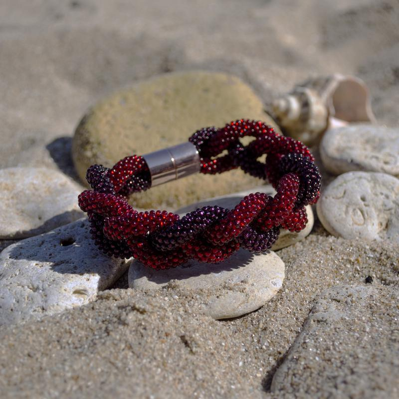 Браслет-коса из бисера фиолетово-красный, на магнитном замке