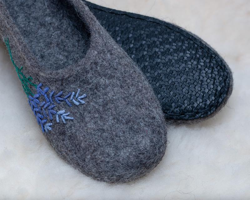 Валяные тапочки с вышивкой Лванда