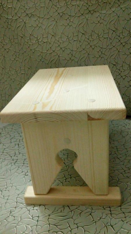 Маленькая деревянная табуретка