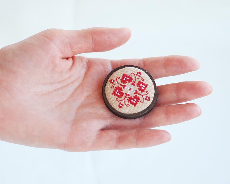 Этно брошь с красной вышивкой Четырёхлистник, украинское украшение, подарок для девушки, бохо