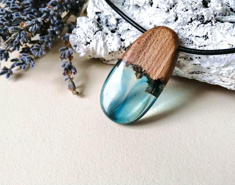 Оригинальный кулон из дерева и ювелирной смолы - подарок девушке