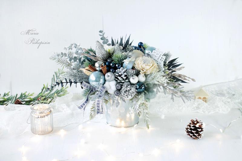 Новогодняя композиция в сине-серебряном цвете .