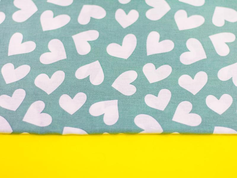 Ткань хлопок,  отрез 30х40 см. Рисунок - большие белые сердечки на мятном.