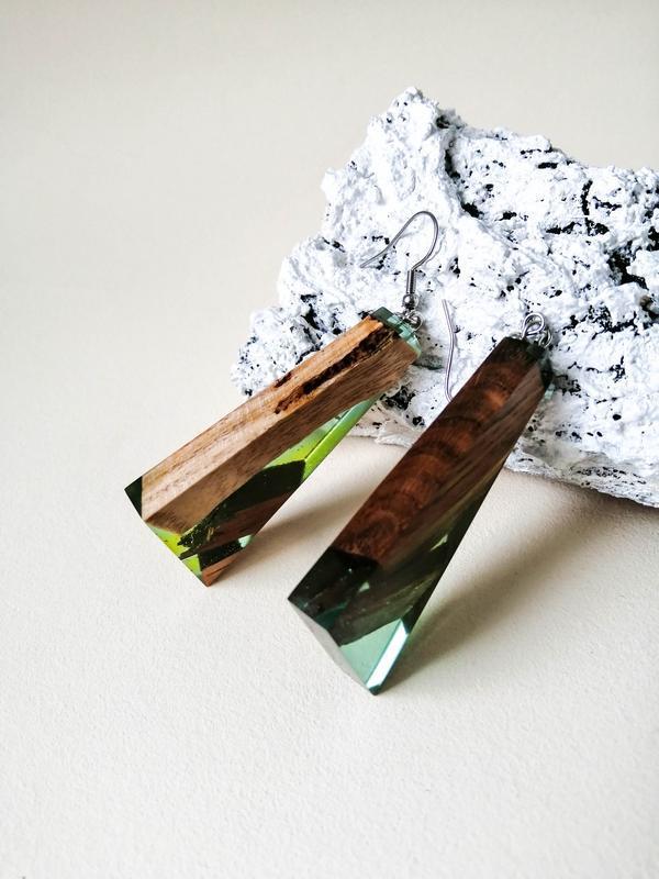 Зеленые  длинные серьги, серьги-подвески  из ювелирной смолы в подарок девушке