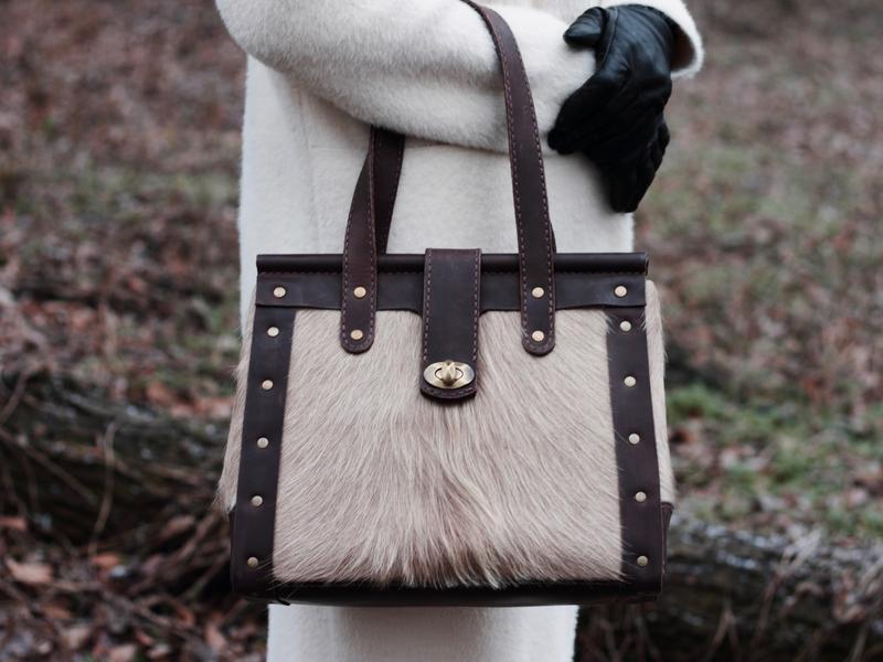 Кожаная женская сумка бежевого цвета в винтажном стиле ручной работы