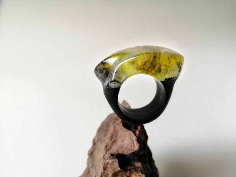 Подарок девушке - деревянное кольцо с эпоксидной смолой (р. 16 -16,5),