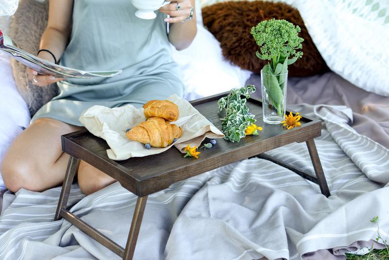 Столик для завтрака. Столик для сніданку