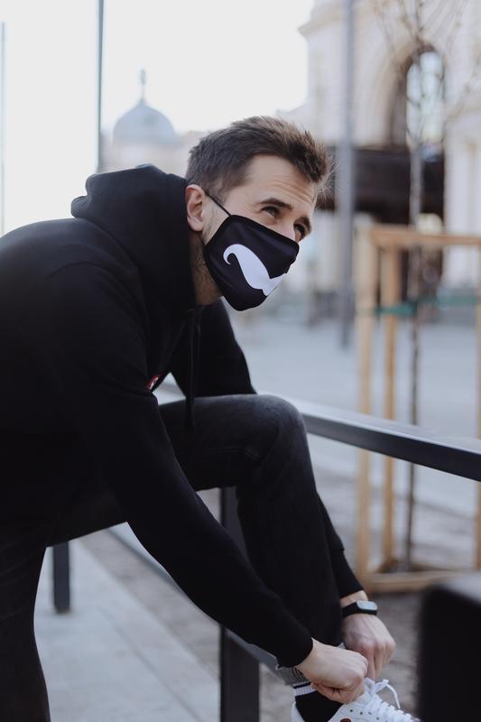 Чорна захисна маска з вусами. Оригінальний принт