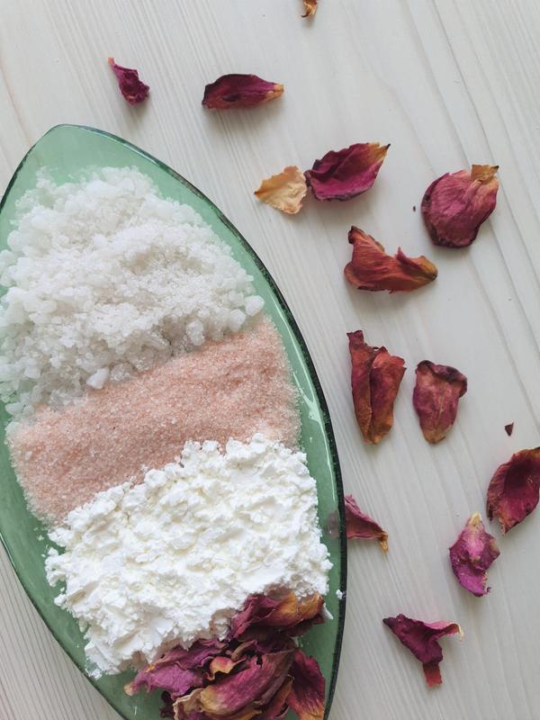 Розовое молоко для домашнего СПА салона с лепестками роз и натуральным молоком