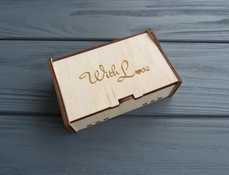 Кожаные именные брелки в деревянной коробочке_подарок на Валентина