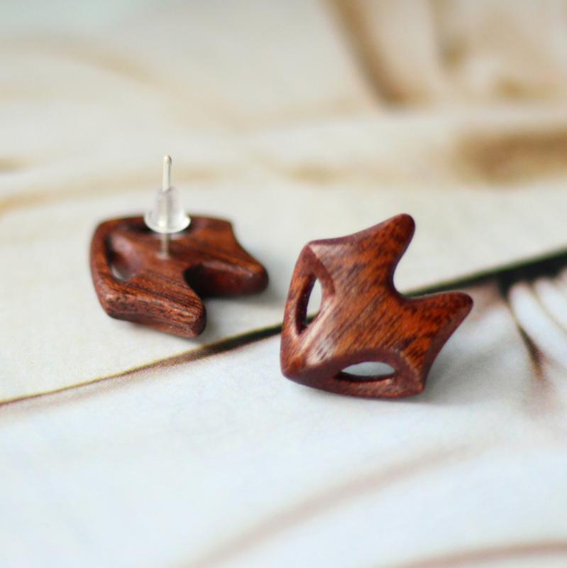 Серьги лисички из красного дерева с сербряным гвоздиком. Украшния из дерева. Кельтские волки.