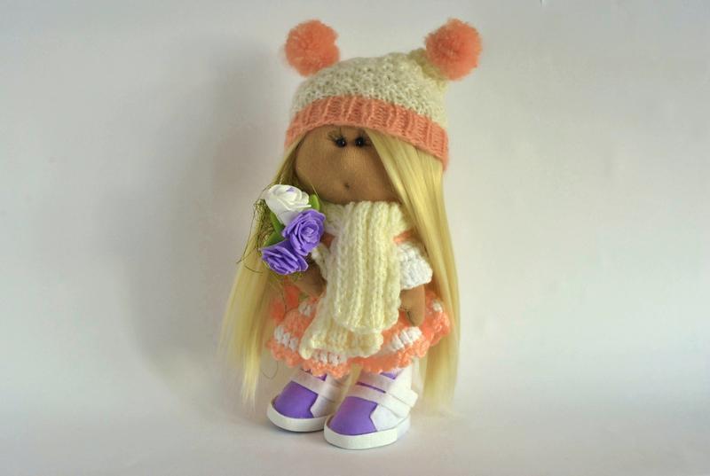 Кукла Тильда с букетом розочек и ярко-розовыми бумбонами