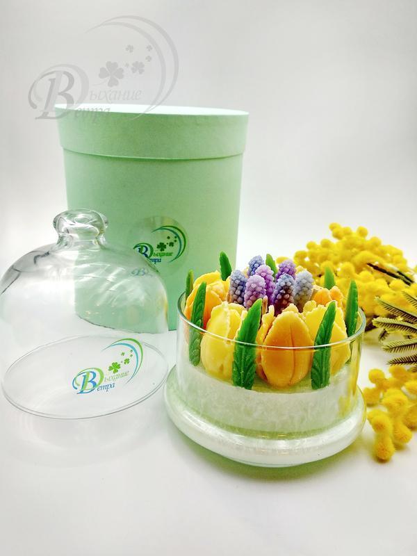 Ароматизированная свеча с тюльпанами и мускарями