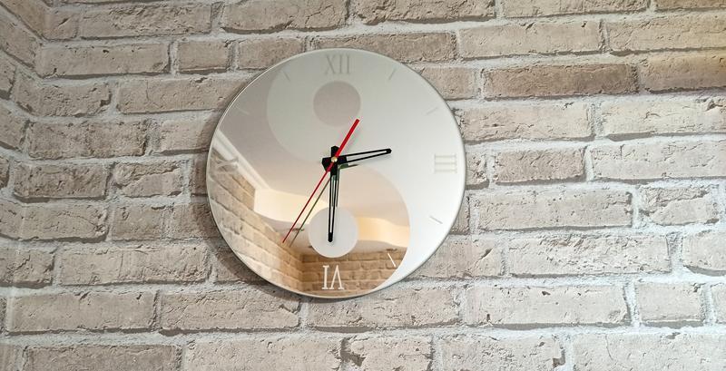 Часы настенные зеркальные Инь и Янь. Пескоструй на зеркале
