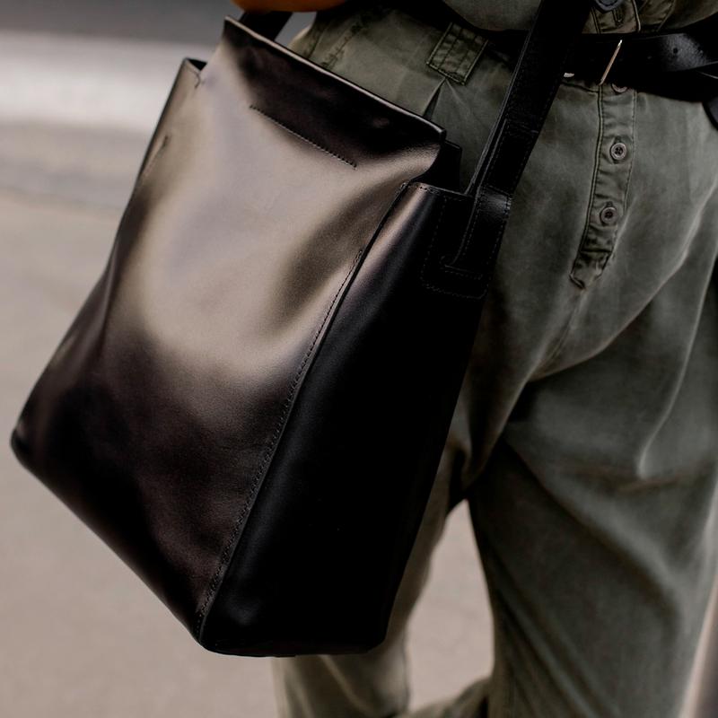 Стильная женская сумка через плечо черного цвета из натуральной кожи с легким глянцевым эффектом