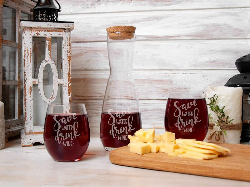 Стеклянный набор для вина с гравировкой Save water Drink wine в деревянной коробке