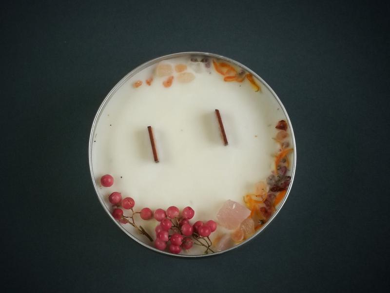 Ароматизированная натуральная свеча с деревянным фитилем, с цветами, травами и кристаллами.