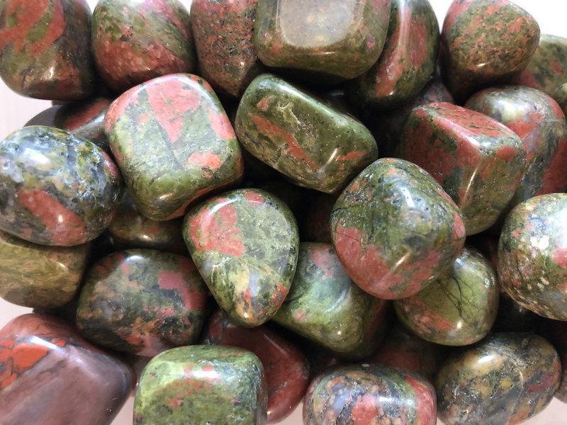 Натуральный камень галтовка крошка Унакит скол 15-25 мм (20 грамм, 2 шт). Камінь крихта натуральний