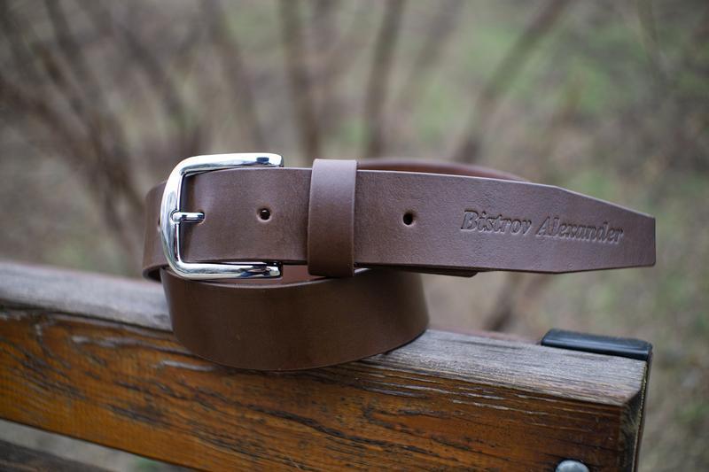 Кожаный коричневый ремень для мужчины с тиснением (гравировкой)