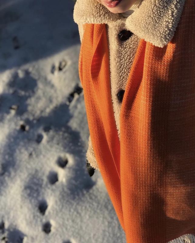 Тканый шарф оранжевого и белого цвета