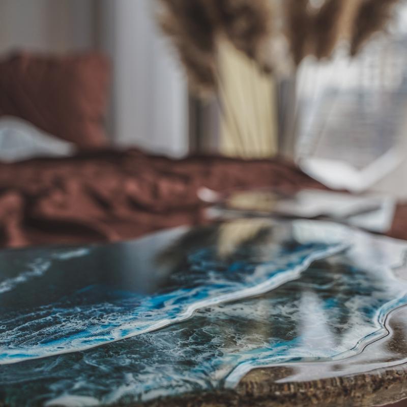 Журнальный столик из натурального камня и эпоксидной смолы. Интерьерный журнальный стол