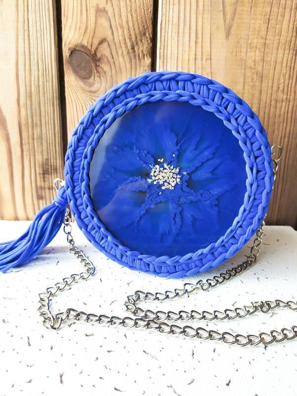 Сумка круглая синяя пляжная летняя вязаная с эпоксидной смолой