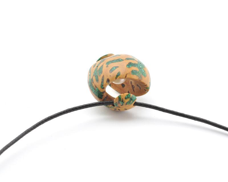 Кулон из абрикосовой косточки с жемчужиной и малахитом (701)