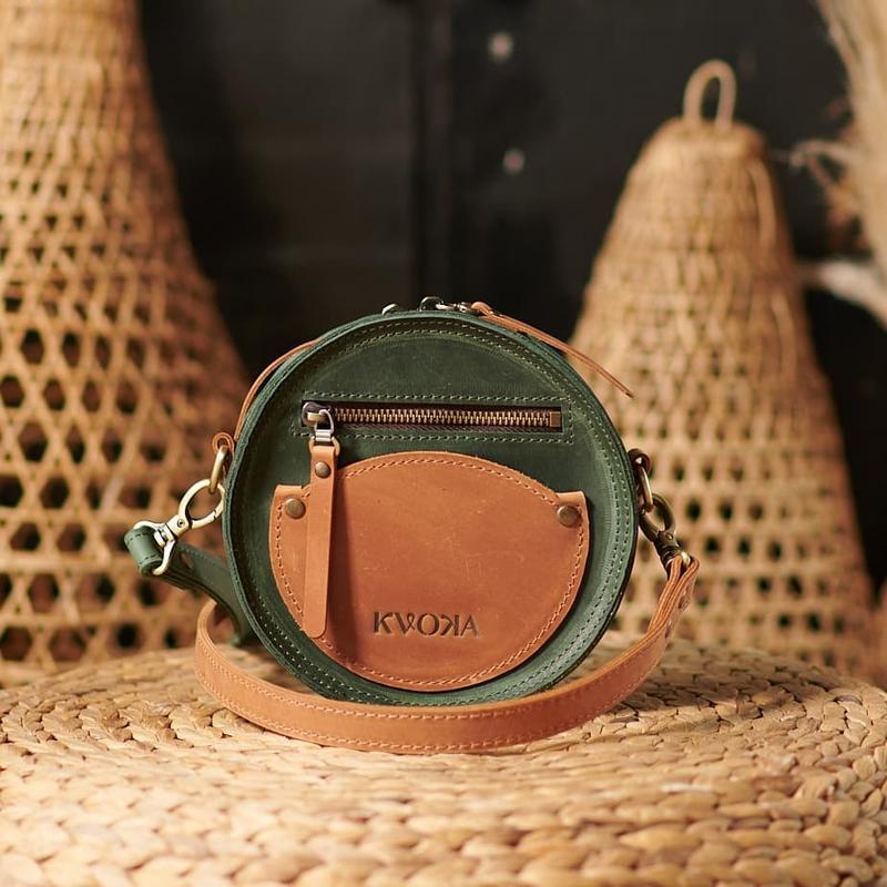 Круглая зелёная сумка с карманами из кожи