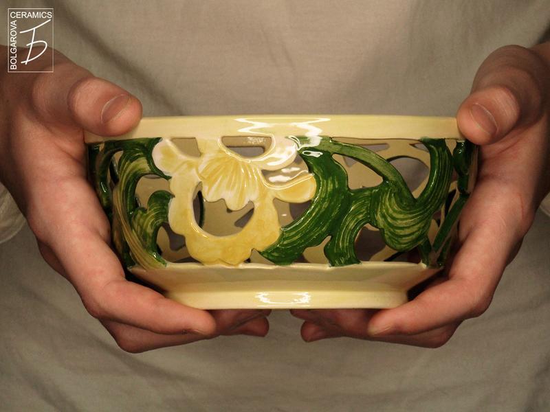 Керамическая ажурная вазочка с цветами для конфет