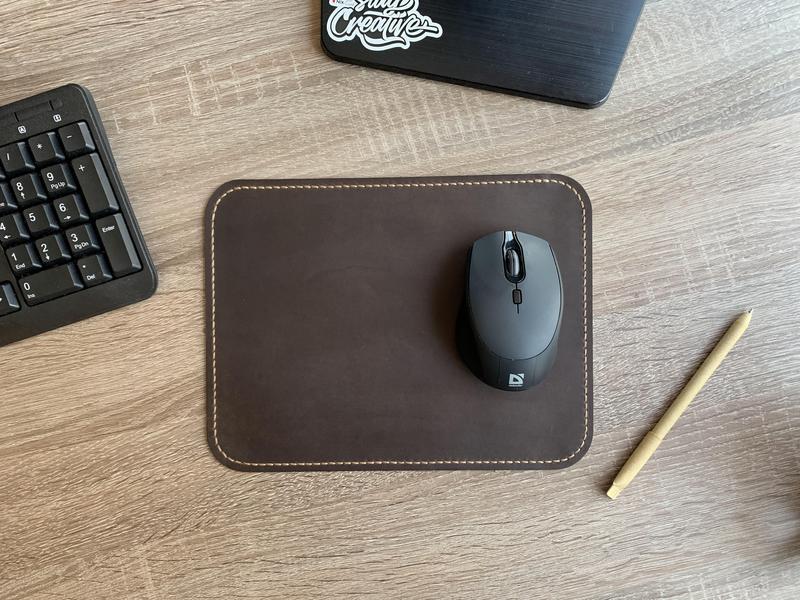 Темно-коричневый коврик для мышки с прошивкой по краям