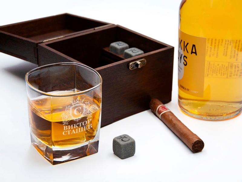 Комплект из стакана для виски с гравировкой и охлаждающих камней в деревянной коробке с надписью