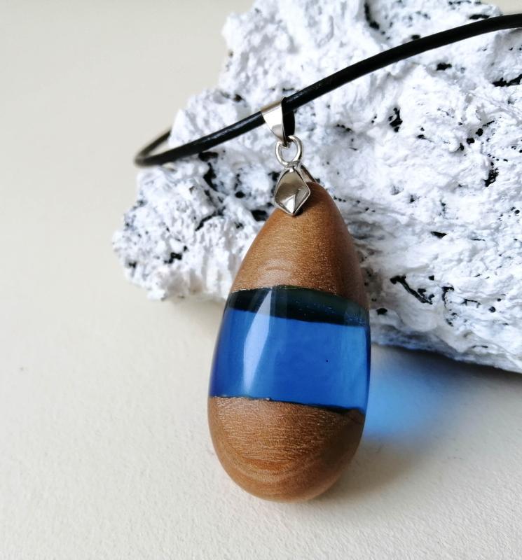 Подарунок дівчині - оригінальний дерев'яний кулон ручної роботи, синя підвіска зі смоли