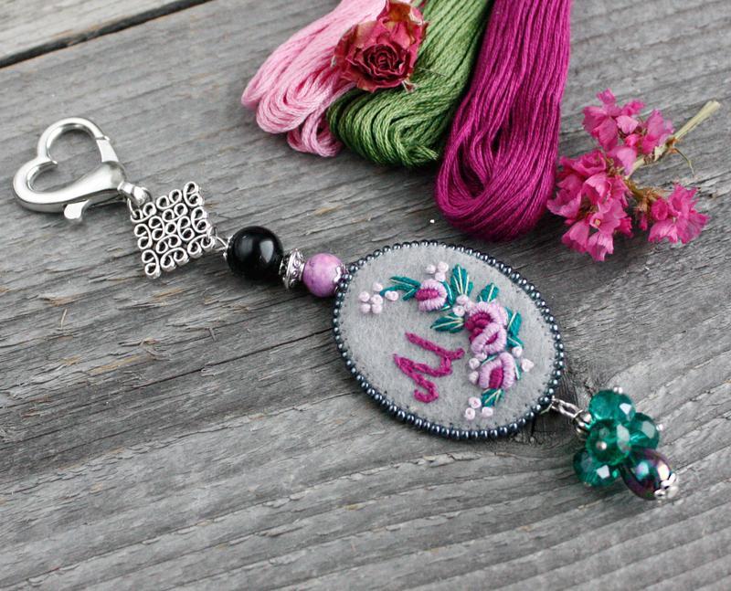 Маячок для ножниц с натуральными камнями и монограммой Аксессуар для рукоделия Подарок рукодельнице