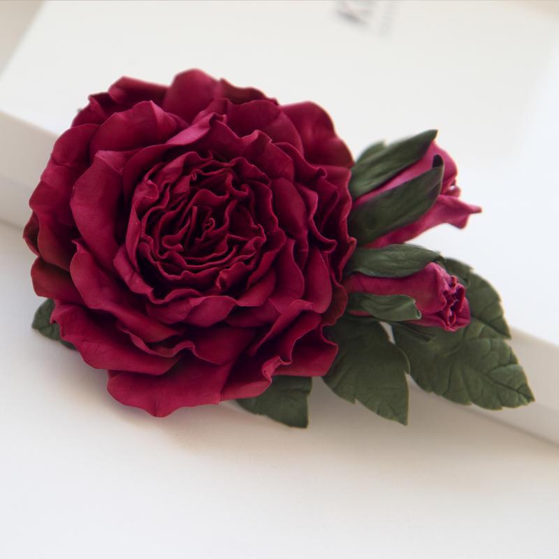 Заколка с цветами. Заколка с большим цветком. Цветок в волосы. Бордовый цветок в волосы.