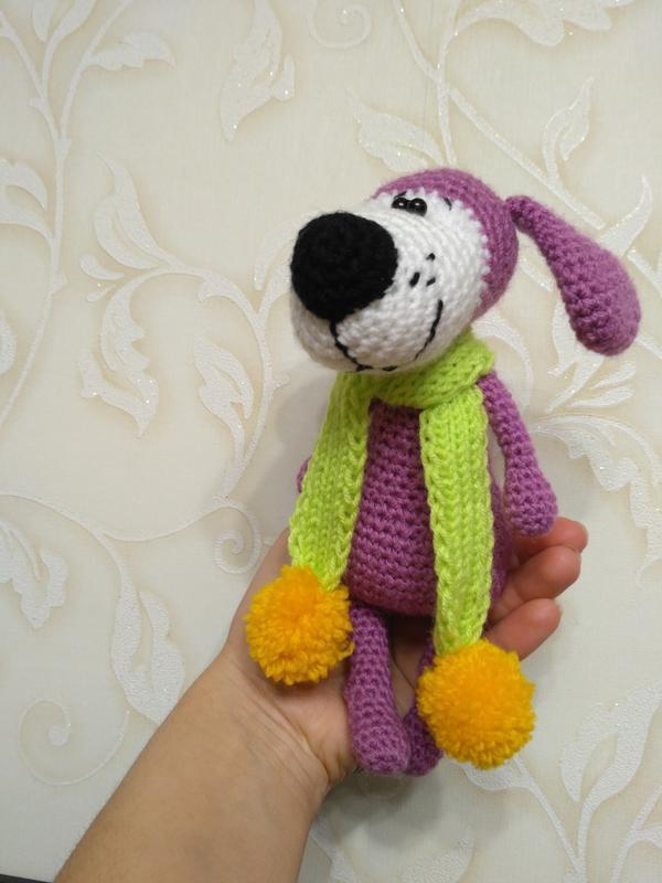 веселая собака в шарфе мягкая игрушка вязаная крючком подарок