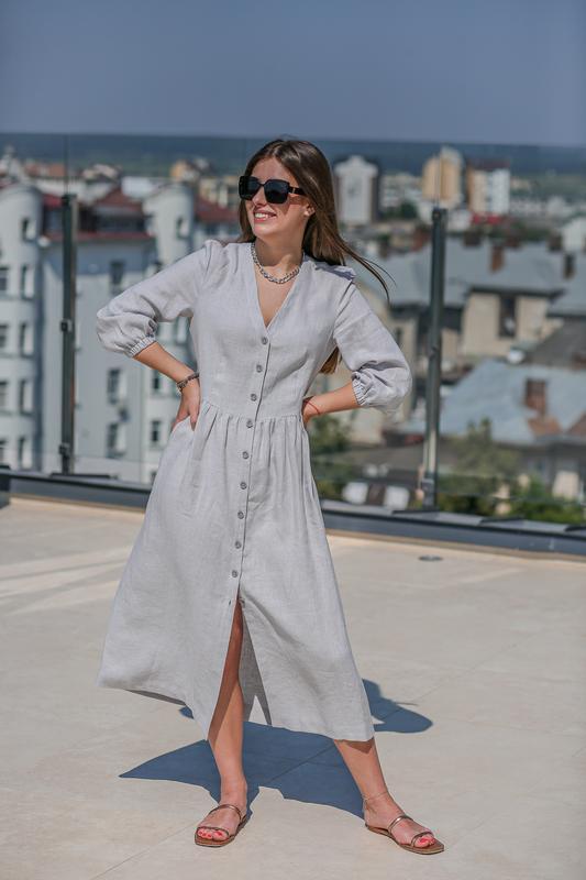 Платье светло-серого цвета. Льняное платье