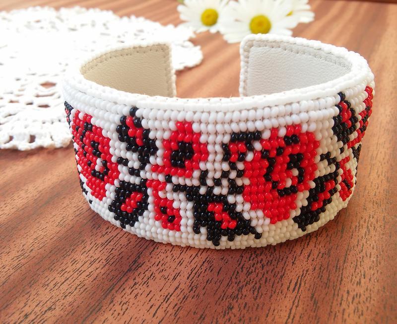 Браслет в народном украинском стиле с узором украинской вышивки Троянды