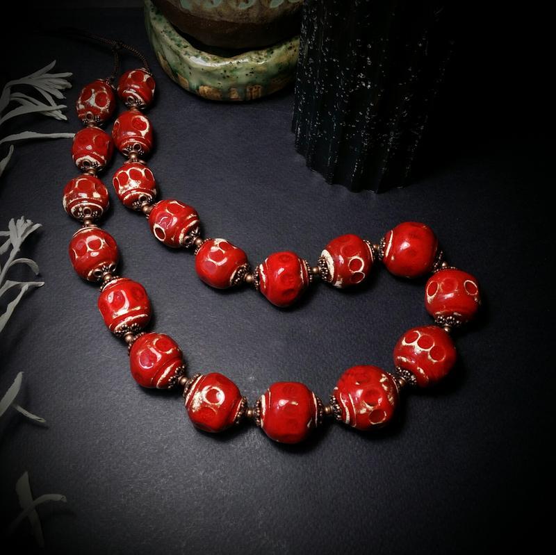 Ярко красные бусы из керамики