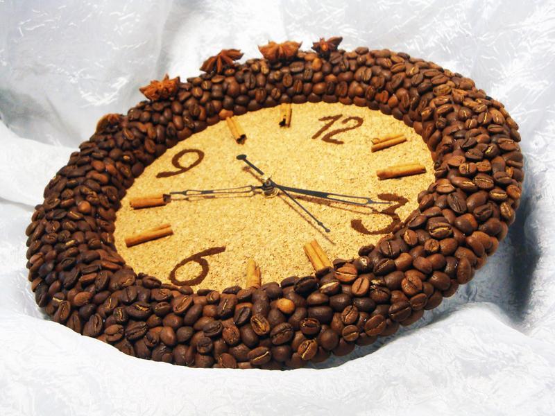 Поделки из кофейных зёрен часы 29