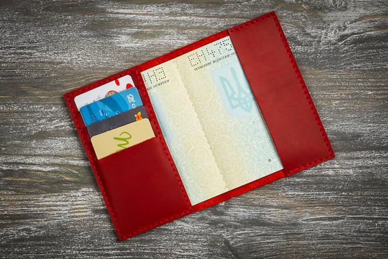 Червона шкіряна обкладинка на паспорт